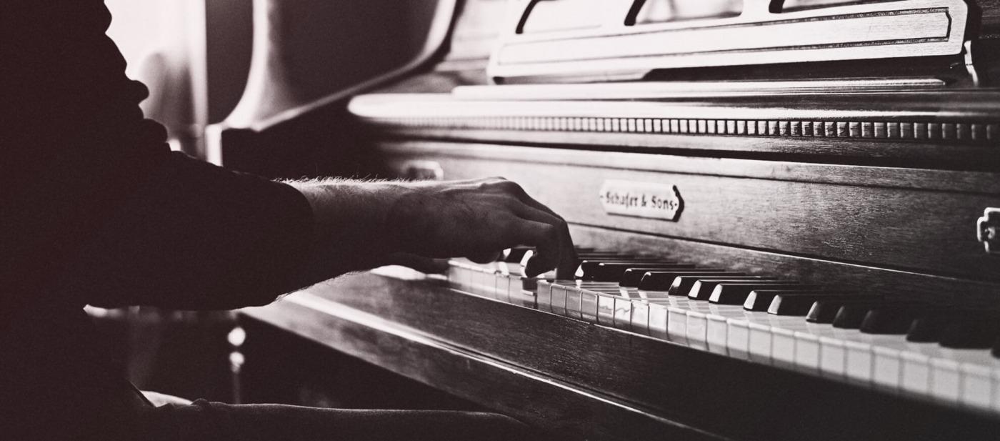 rebillon pompes funebres services funeraires homme qui joue au piano