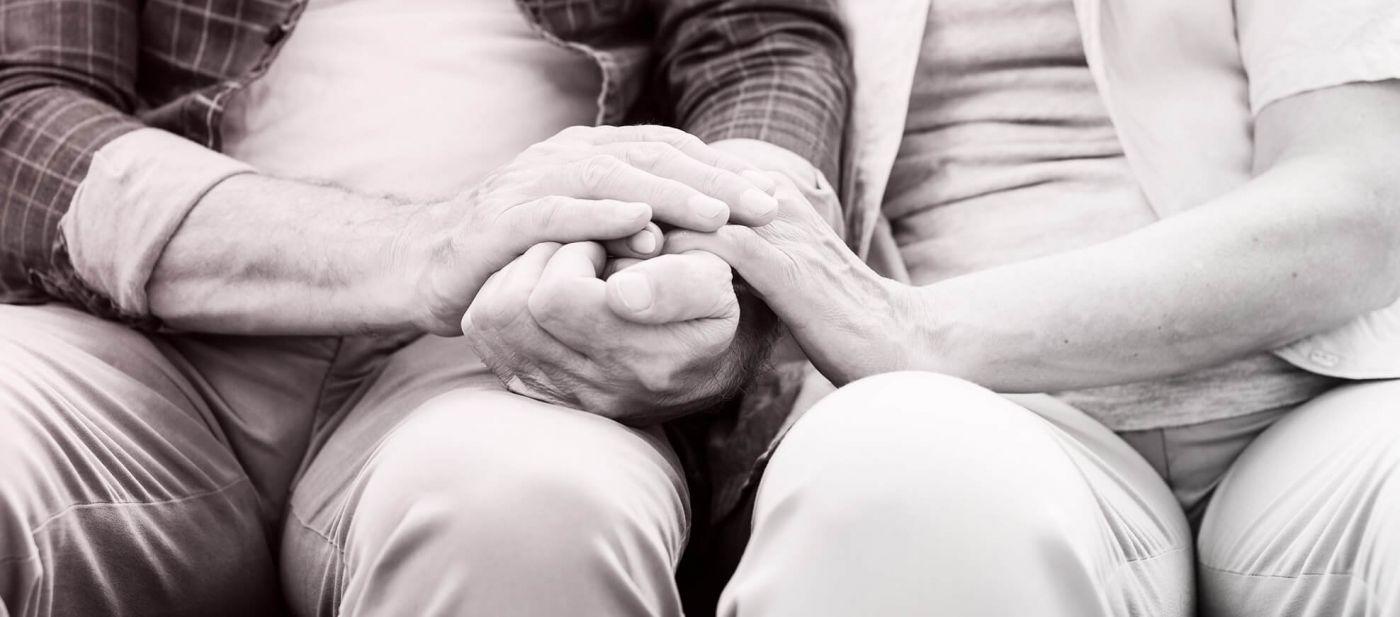 rebillon prévoyance obsèques couple âgé se tenant les mains